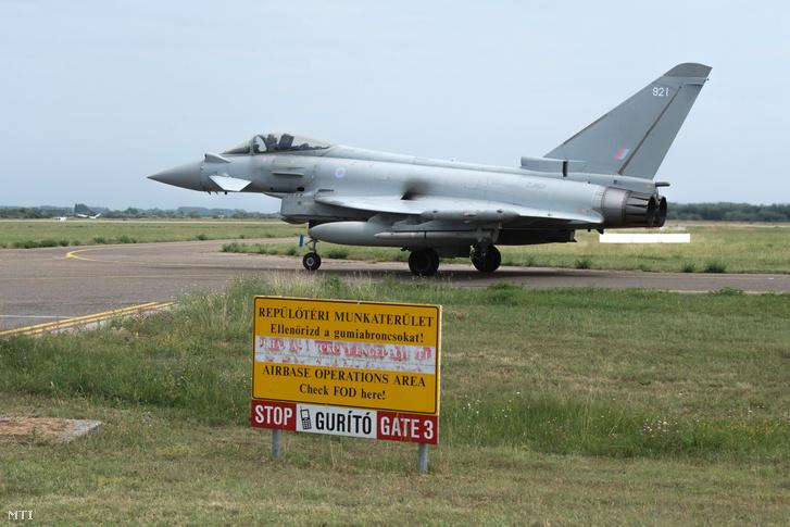 A Brit Királyi Légierõ (RAF) Eurofighter Typhoon kiképzõ repülõgépe a Flying Sword brit-magyar közös harcászati kiképzés nyilvános napján a kecskeméti MH 59. Szentgyörgyi Dezsõ Repülõbázison 2018. augusztus 2-án.