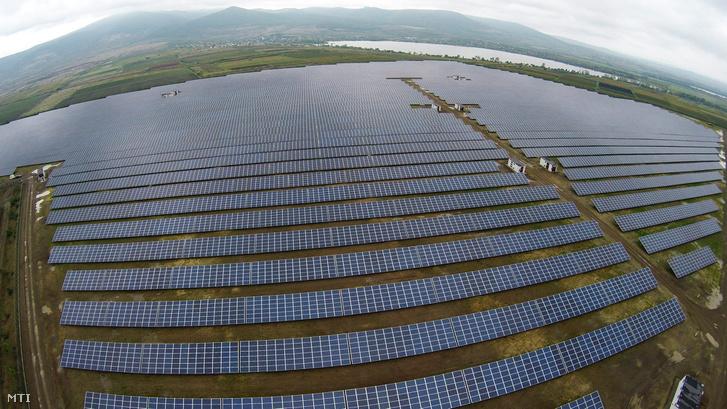 A drónnal készült felvételen a Mátrai Erőmű Zrt. 16 megawattos naperőműve Visonta közelében az átadást követő napon, 2015. október 15-én.