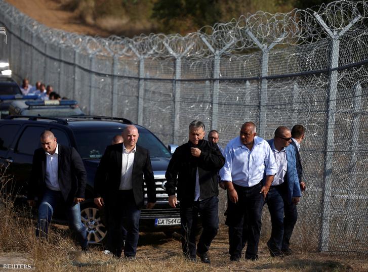 Orbán Viktor és a blogár miniszterelnök Bojko Boriszov a bolgár-török határon lévő kerítésnél