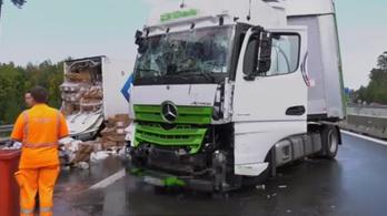 Magyar kamionos rohant egy dugóban álló teherautóba