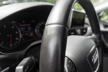 Dráma egy 246 ezret futott autóban: fényesedik a kormány