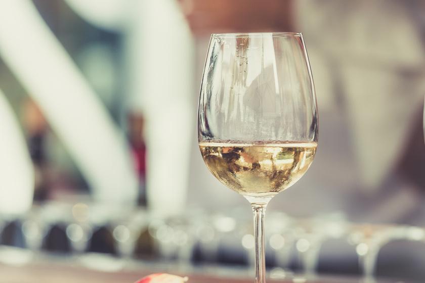1 dl száraz fehérbor kevesebb mint 100 kalóriát tartalmaz - körülbelül 65-70 kcal-t.