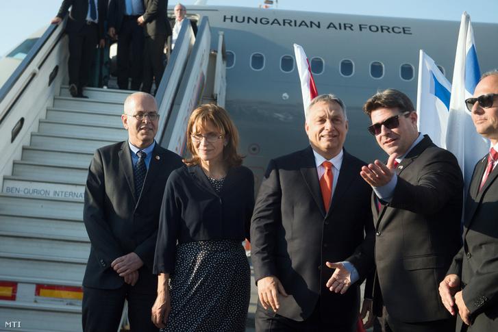 Orbán Viktor a magyar légierő gépével a Ben Gurion repülőtéren