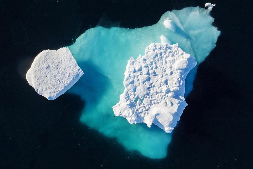Jéghegy úszik a fjord mellett a grönlandi Tasiilaq városban. A NASA Oceans Melting Greenland - OMG - projekt keretén belül öt év alatt átszámítva több mint nyolcmilliárd forintot költenek az olvadás pontos okainak felderítésére, illetve az olvadás ütemének fékezésére.