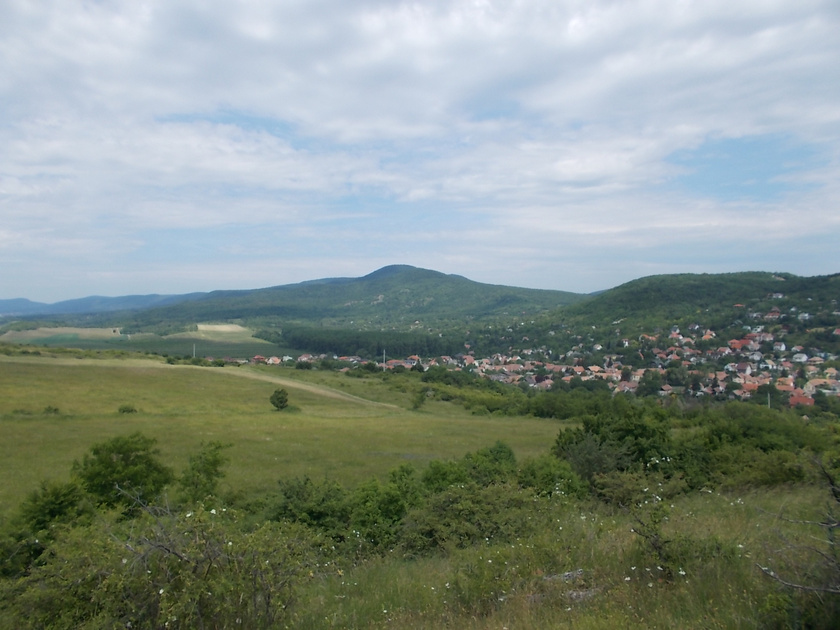 A hegyoldalban húzódó Kiskovácsiból élménygazdag túra indulhat a Holdvilág-árokba. A piros kereszt vagy a zöld körséta jelzést kövessétek!