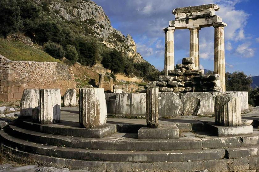 Az ókorban Görögországot a világ közepének tartották, melyben az Apollón tiszteletére emelt szentély, a delphoi jósda a legnépszerűbb jóshely volt.