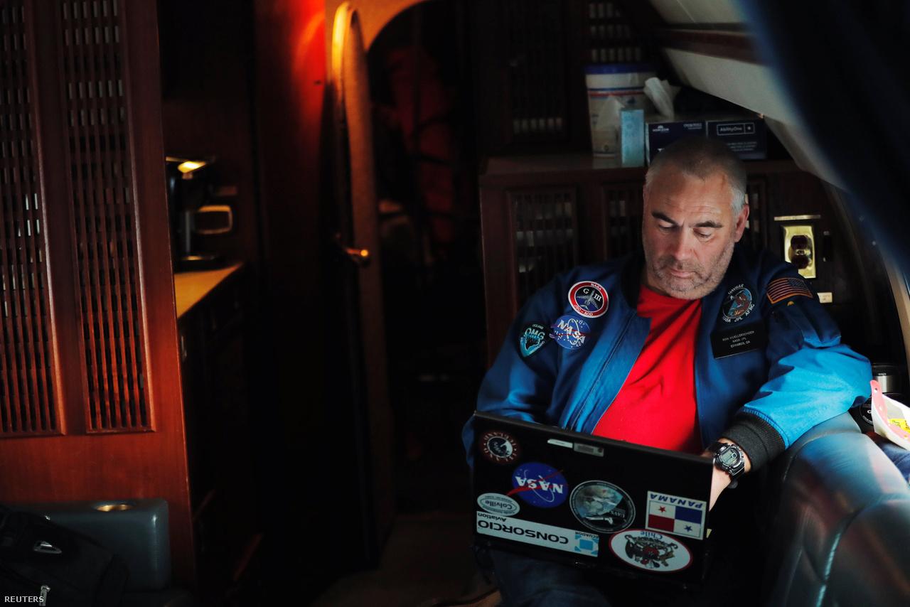 2018. március 12.: Ron Muellerschoen radarmérnök adatokat elemez a NASA Gulfstream III repülőgépének fedélzetén, miközben az olvadozó grönlandi jégmezők fölött repülnek.