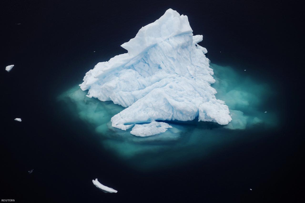 Jéghegy sodródik a egy fjord mélykék vizében a grönlandi Tasiilaq városa közelében, 2018. június 24-én.