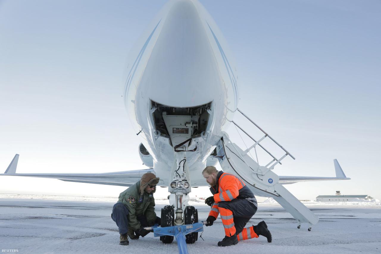 David Fuller repülőgéptechnikus (balra) és egy helybéli dolgozó Grönland fölötti repülésre készítik elő a NASA Gulfstream III gépét.