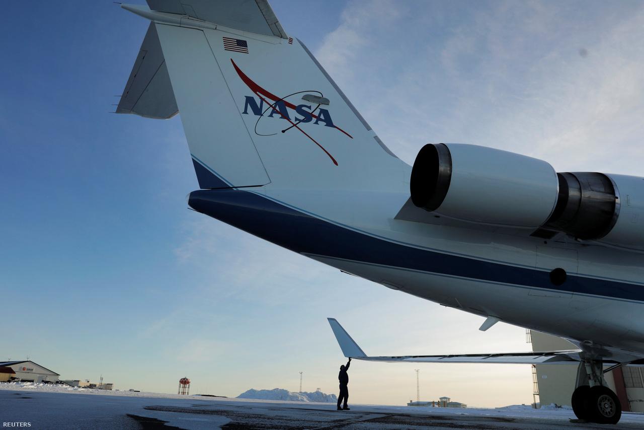 Tom Parent, a NASA Gulfstream III repülőgépének főpilótája repülés előtti ellenőrzés közben, 2018. március 12-én, az OMG (Oceans Melting Greenland) projekt egyik kutatórepülésére készülve.