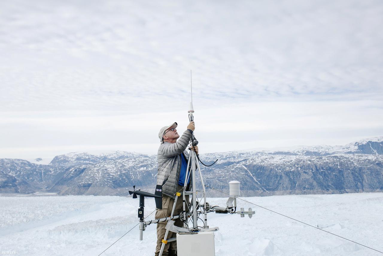 David Holland óceánkutató egy meghibásodott GPS-modult javít a Helheim-gleccser közelében lévő táborban. (2018. június 20.).