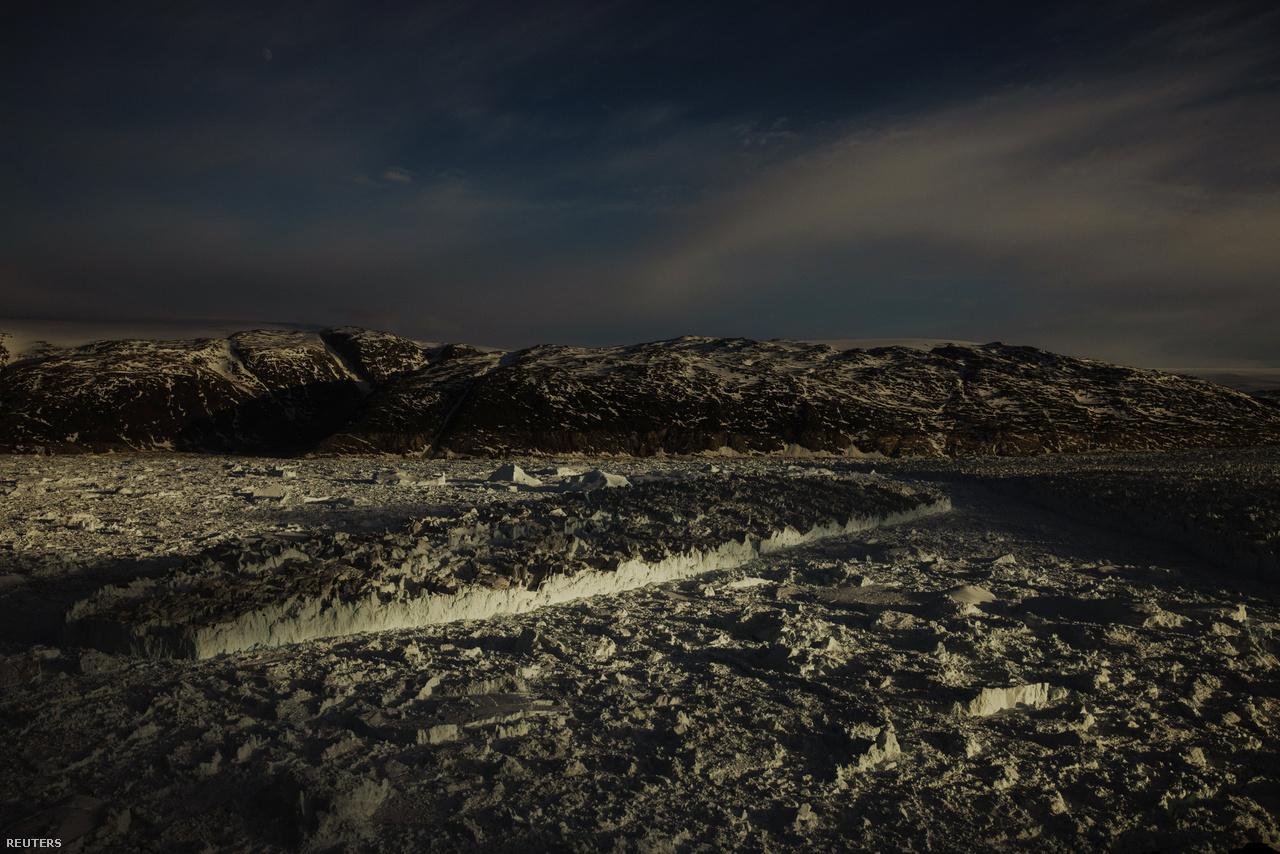 A kelő nap első sugarai világítják meg a Helheim-gleccser fantasztikus jégalakzatait június 22-én.