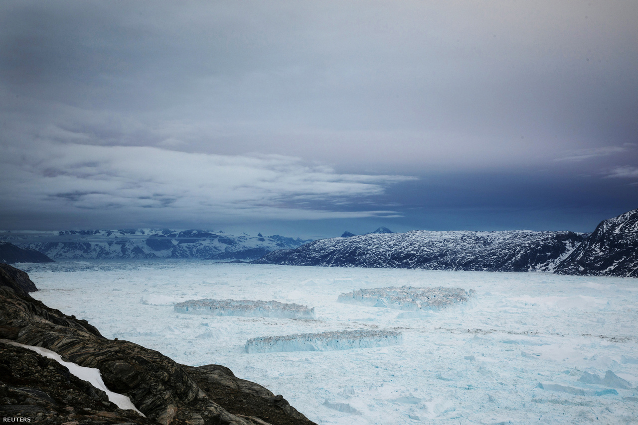 A Helheim-gleccserből leszakadt hatalmas jégtáblák sodródnak a Sermilik-fjord vizén, június 23-án. A fjordnak ezt a részét úgy hívják, hogy melange, a gleccser vége és nyílt ócveán közti vízfelületet havas jégmorzsalék és jéghegyek, jégtáblák töltik meg szorosan egymáshoz torlódva.