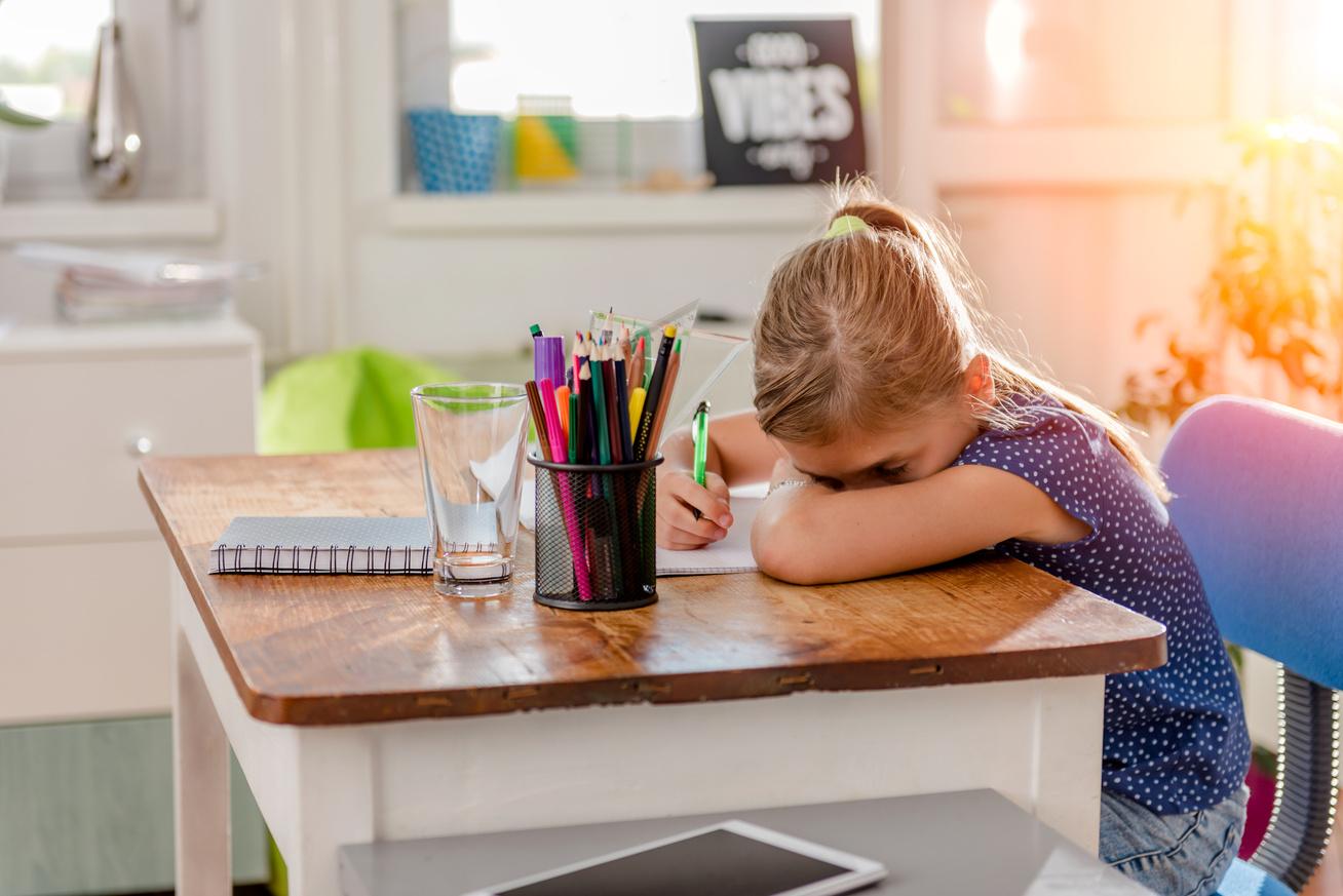 gyerek stresszes tanulás iskola diák lány