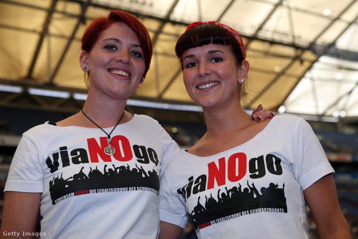 Nézők demonstrálnak a hamis focimeccs-jegyeket is áruló Viagogo ellen az FC Schalke 04 2013-as gyűlésén Németországban