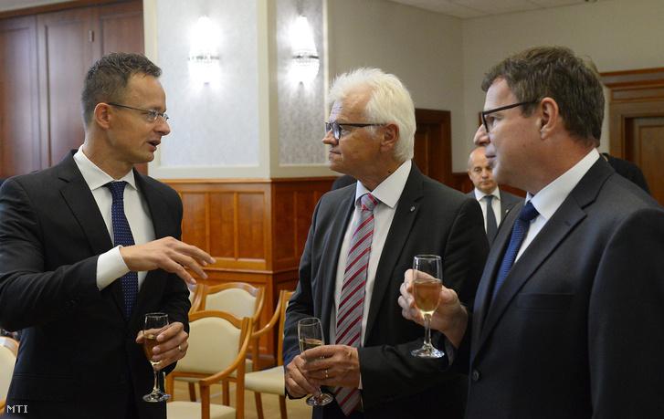 Szijjártó Péter külgazdasági és külügyminiszter (b), Dietmar Günther, a Sanmina cég Európai Elektronikai Divíziójának vezetője (k) és Hoffmann Károly, a Sanmina tatabányai üzemének ügyvezető igazgatója beszélget a Sanmina Kft. beruházásbejelentő sajtótájékoztatója után a Külgazdasági és Külügyminisztériumban 2018. szeptember 20-án.