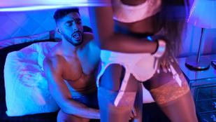 Egy kockás és szőrös hasú férfimodell énekesi karrierbe kezdett szexi csajozós klippel