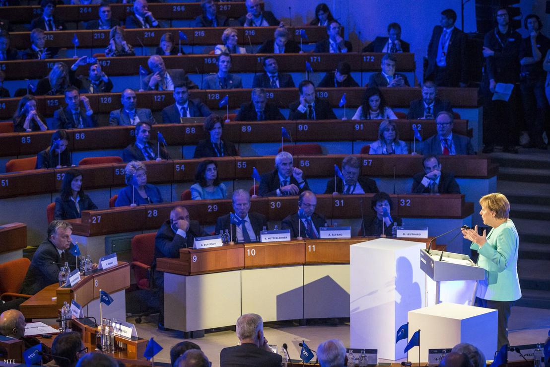 Angela Merkel német kancellár felszólal az Európai Néppárt fennállásának 40. évfordulóján tartott luxembourgi csúcstalálkozón 2016. május 30-án. Az elsõ sorban balra Orbán Viktor miniszterelnök.