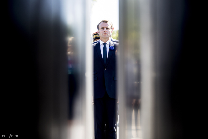 Emmanuel Macron francia elnök Charles de Gaulle néhai elnök szobránál, Párizsban 2018. május 8-án, a Németország felett aratott győzelem 73. évfordulója alkalmából tartott ünnepségen.