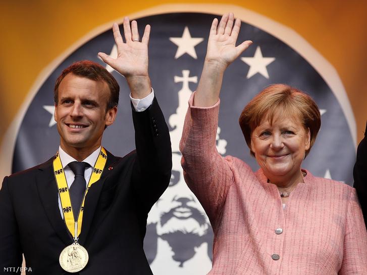 A Károly-díjjal kitüntetett Emmanuel Macron francia elnök (b) és Angela Merkel német kancellár az elismerés átadási ünnepségén az aacheni városházán 2018. május 10-én. Az 1950-ben alapított díjat Aachen német város évente ítéli oda az európai egység érdekében kifejtett kiemelkedő tevékenységért.