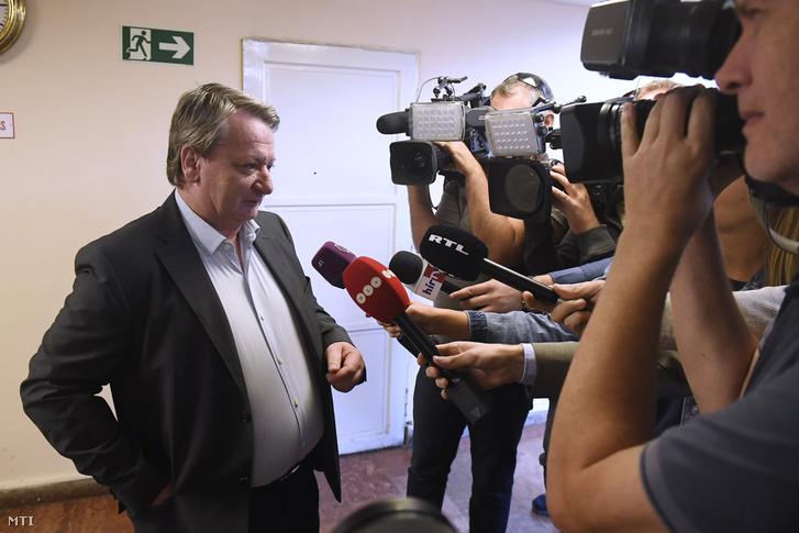 Kovács Béla európai parlamenti képviselő, volt jobbikos politikus nyilatkozik a sajtónak az ellene és három társa ellen az Európai Unió intézményei elleni kémkedés bűntette és más bűncselekmények miatt indult büntetőper tárgyalása előtt a Budapest Környéki Törvényszéken 2018. szeptember 20-án.