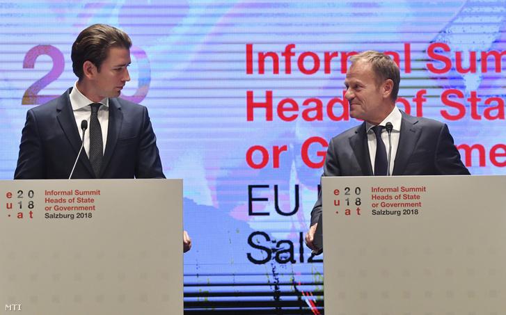 Sebastian Kurz osztrák kancellár (b) és Donald Tusk