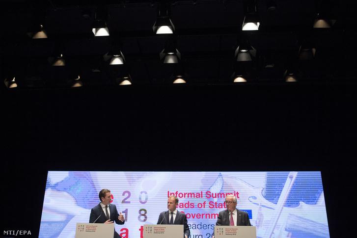 Sebastian Kurz osztrák kancellár, Donald Tusk, az Európai Tanács és Jean-Claude Juncker, az Európai Bizottság elnöke (b-j) az Európai Unió salzburgi nem hivatalos csúcstalálkozójának végén tartott sajtóértekezleten 2018. szeptember 20-án.