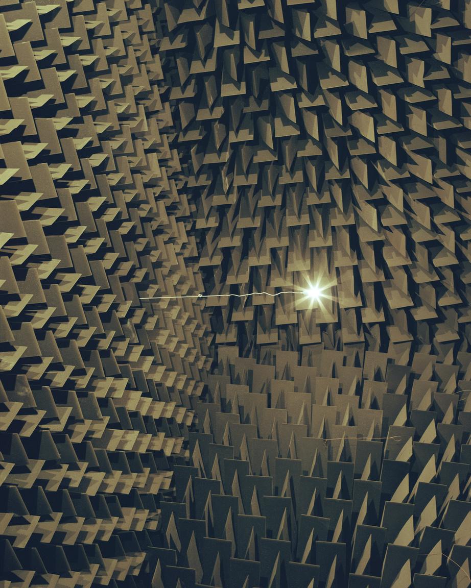 Fél évet Helsinkiben töltöttem, ez az egyik kép, ami ott készült. Egy echo nélküli szoba plafonjáról készítettem, hosszú záridővel, nagyon sok vakut használva, hogy a tér és a középen logó lámpa inkább tűnjön valamiféle elektromos nyalábnak, mint lámpának.