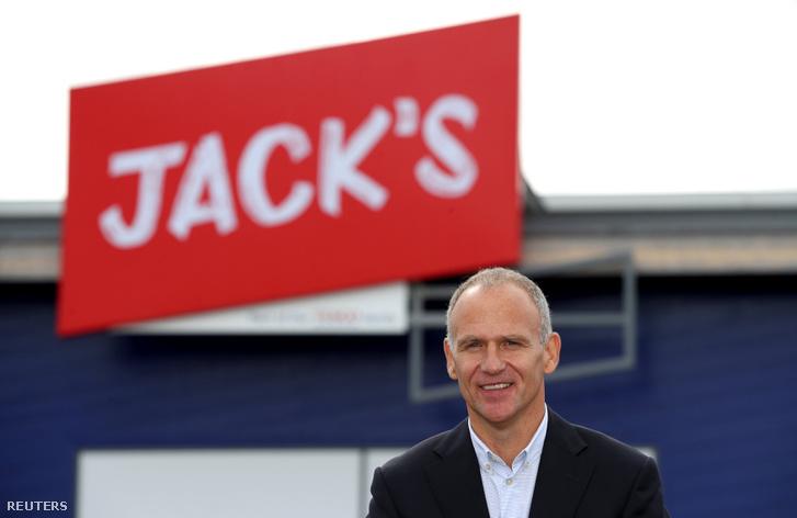 Dave Lewis, a Tesco vezérigazgatója áll Tesco új szupermarketje előtt Chatterisben 2018. szeptember 19-én