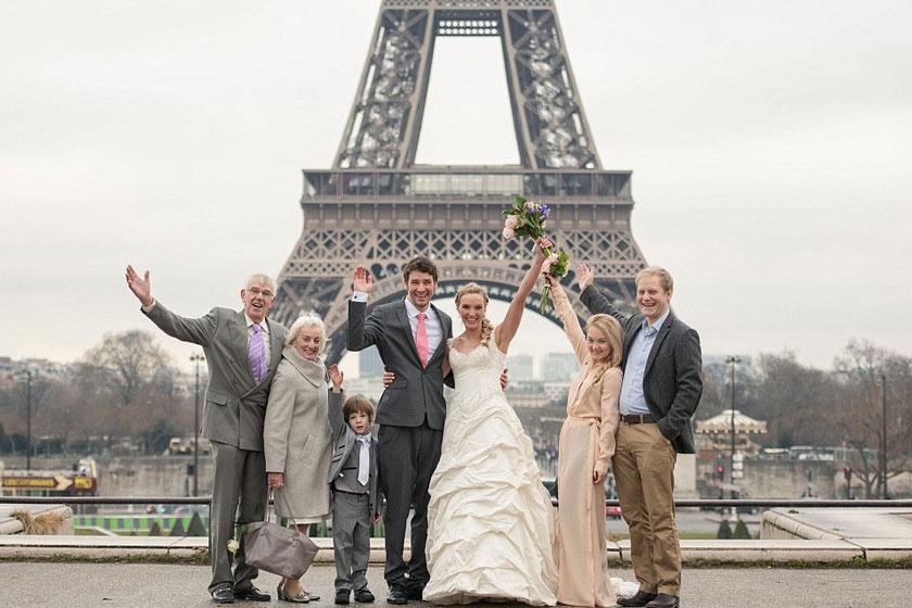 Párizsi esküvőjükön Amelia családja csatlakozott a friss házasokhoz és ötéves fiukhoz.
