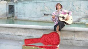 Nem mindennapi, hogy Justin Bieber leáll Londonban utcazenélni