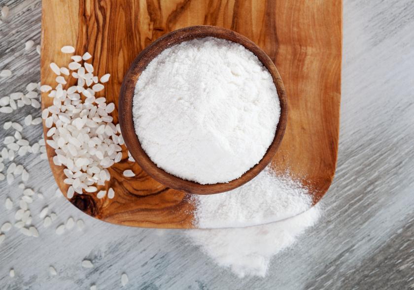 A rizsliszt a legolcsóbb, semleges ízű és viszonylag könnyen kezelhető liszt, sokoldalúan használható. Sűrítésre ugyanúgy tudod használni, mint a búzalisztet.