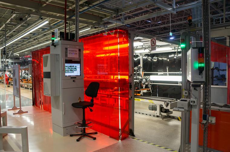 Infrás-kamerás munkaállomáson nézik át gépi és emberi munkával a futómű, a váltó és a motor összeszerelését