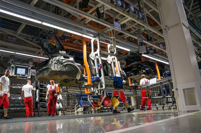A különböző piacok szabályozásaira ezen a munkaállomáson készítik elő az autókat