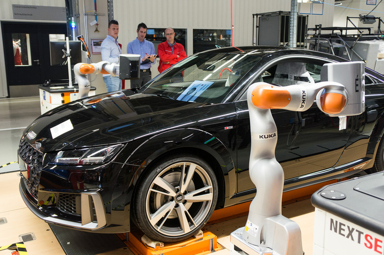 Kuka Éva robot akcióban egy Audi TT-n