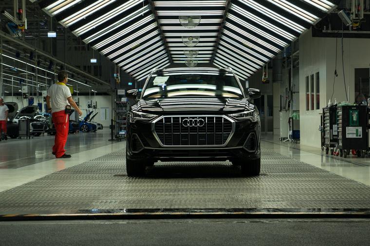 A munka utolsó fázisában 1000 luxos fényben vizsgálják az autókat