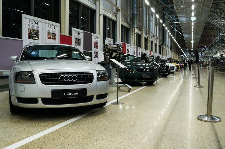 1998-ban autógyártással bővült a paletta, az első generációs Audi TT gyártását kezdték meg