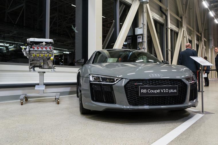 Ugyanezt a motort kapja az Audi R8 V10-es változata is