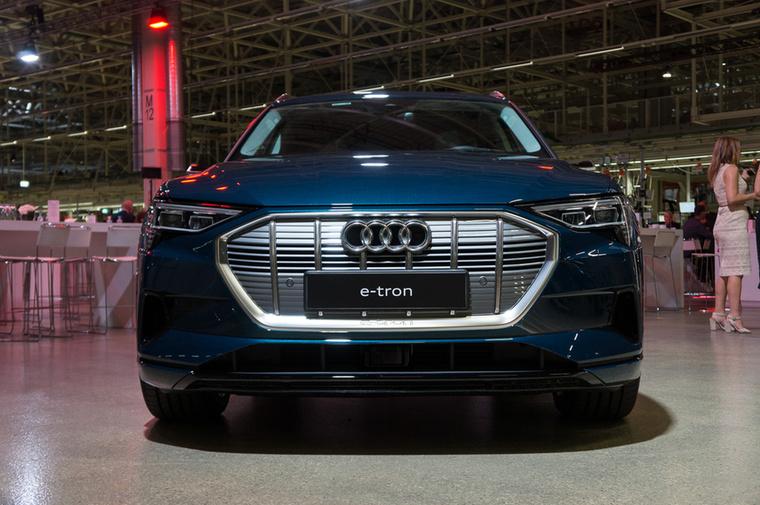 Az Audi a kevésbé futurista megközelítést választotta első villanyautójához