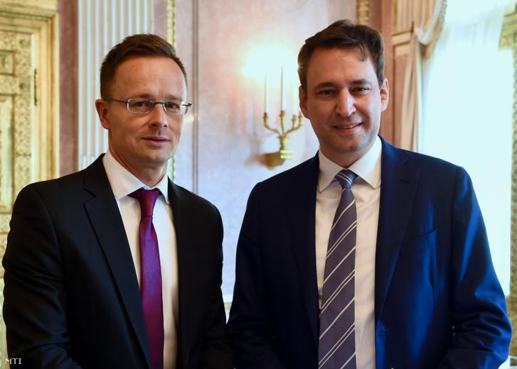 A Külgazdasági és Külügyminisztérium (KKM) által közzétett képen Szijjártó Péter külgazdasági és külügyminiszter (b) és Georg Eisenreich bajor digitális, média és Európa-ügyi államminiszter találkozója Münchenben 2018. szeptember 21-én.