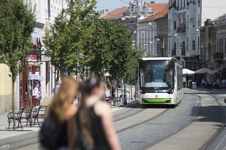 Villamos közlekedik a miskolci Széchenyi István utcában