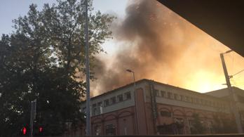 Hatalmas lánggal égett egy raktárépület Kelenföldön