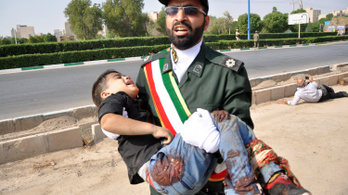 Tüzet nyitottak egy iráni katonai parádén