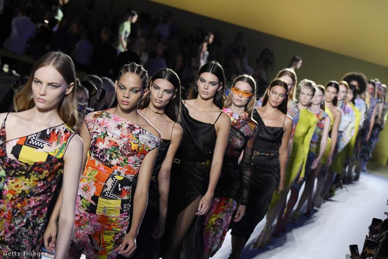 Erről a képről kicsit jobb képet kaphat a jövő nyári Versace-kollekcióról, és az is látszik, hogy Emily Ratajkowski mögött a melltartófóbiával küzdő Kendall Jenner vonul