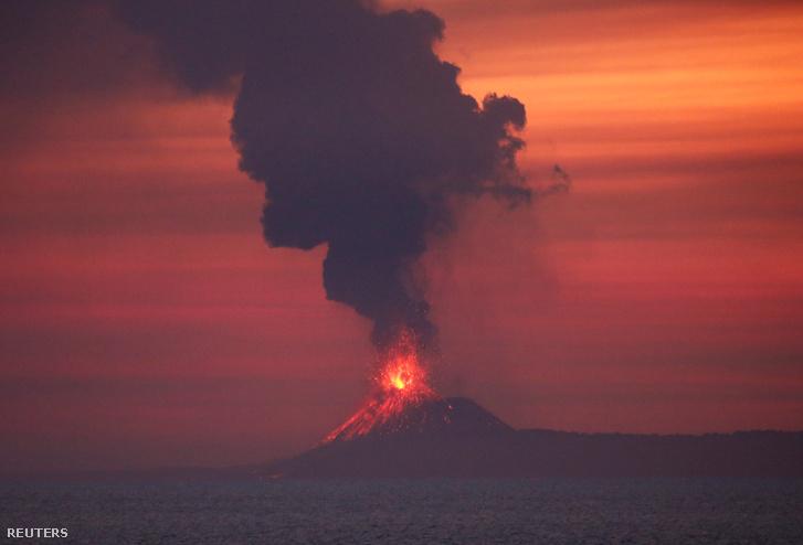 Anak Krakatau vulkán kitörése az Indiai Óceán felől 2018. szeptember 22-én.