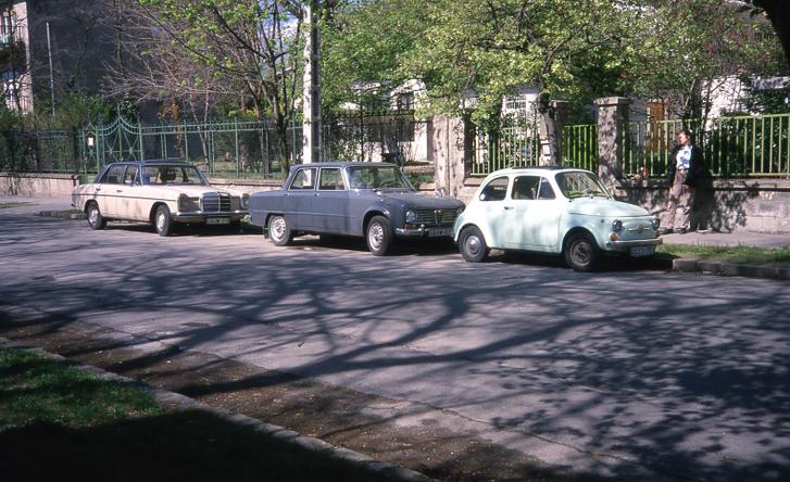 Egy idilli korszak, amikor egyszerre volt meg a Fiat, az Alfánk és Zsolt kétszínű állólámpás Mercije. 2000-2001 táján készülhetett a kép, a Gyarmat utcai házunk előtt