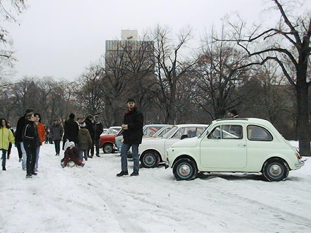 Egy Fiat 850-találkozón a még álló régi Közlekedési Múzeum előtt, 2001 telén