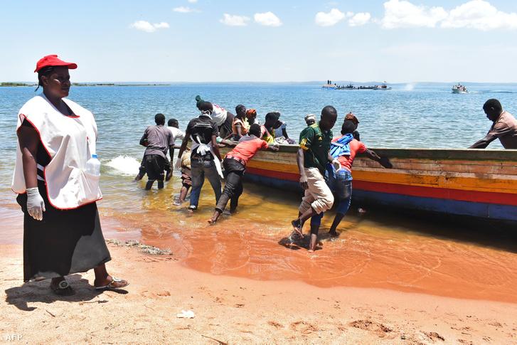 Csónakra szállnak a túlélők után kutatók