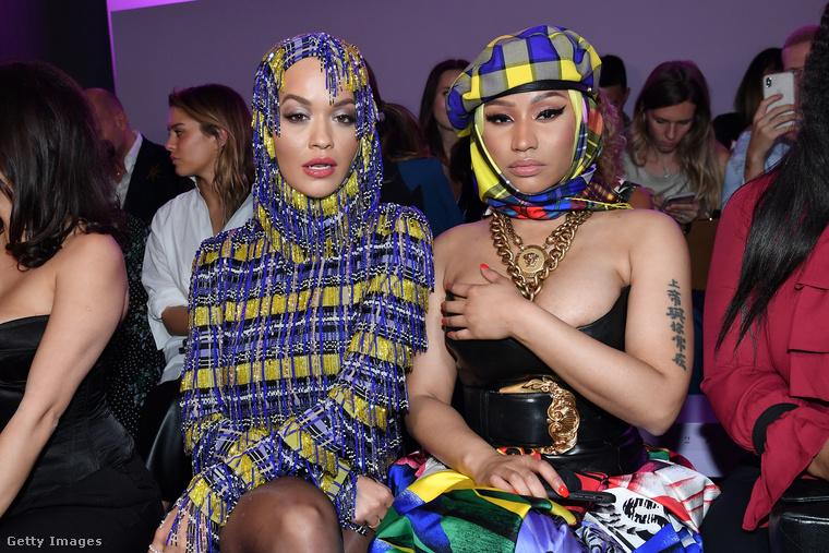 Nicki Minaj egy olyan fűzőt választott erre az alkalomra, amibe nem igazán fért bele a teljes mellbősége.