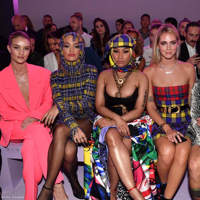 Összejöttek a csajok a Versace pénteki divatbemutatóján Milánóban: a pinkbe öltözött Rosie Huntington-Whiteley modell-színésznő mellett Rita Ora énekesnő ül, mellette Nicki Minaj rappernő, mellette pedig Chiara Ferragni olasz instagramsztár